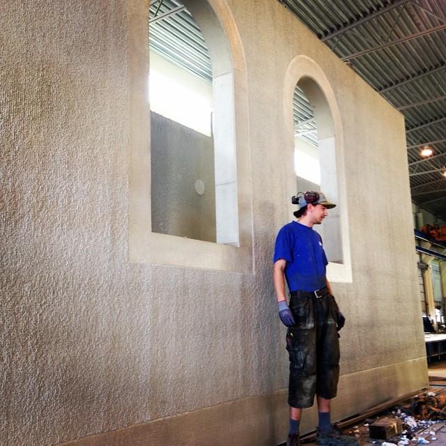 Japp! Fönsterformarna gjorde sitt jobb! Det blir en mäktig byggnad!#formsnickare #adesworld #betong