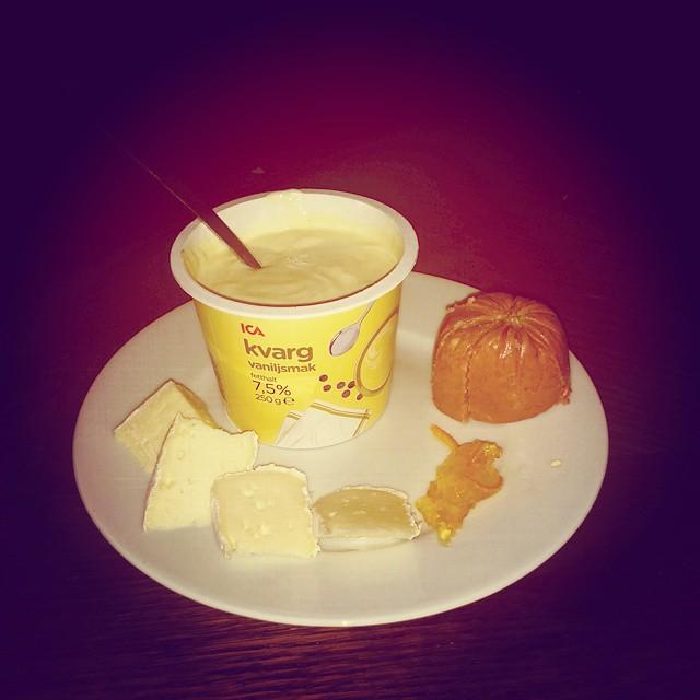 Oh! Välkommen frukost! Kvarg, Onsalakorv, brieost med lite marmelad. Yummie!#adesworld #foodpic #breakfast
