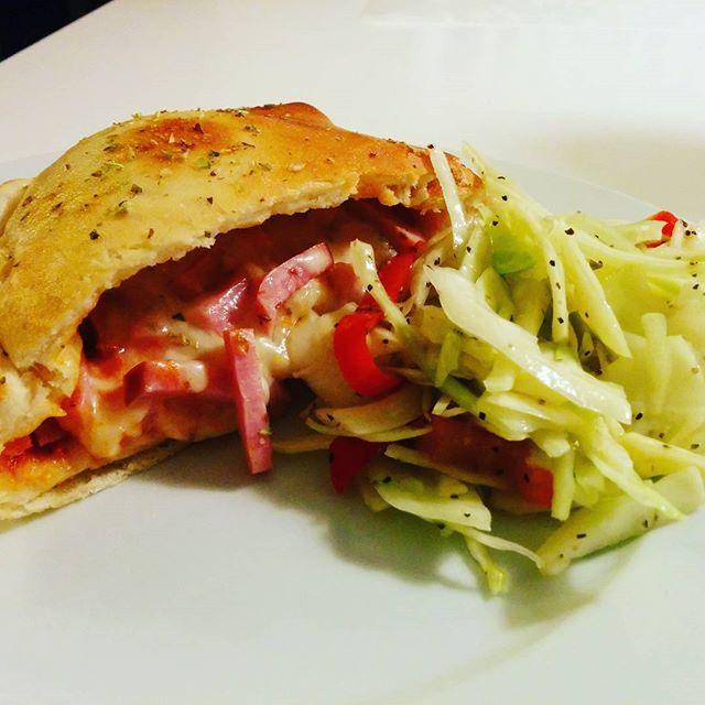 Go kväll! Flödet svämmar över av matbilder. Bra och dåliga. Vissa är aptitretande, andra inte. Jag vill naturligtvis inte vara sämre. Det blev egen calzone och egen sallad. Vad ni tycker om bilden skiter jag i. Jag VET att det smakade fantastiskt!#adesworld #pizza #food